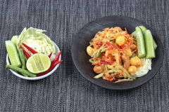 Πικάντικη papaya σαλάτα με τη μικτά φυτικά κλήση & x22 SOM Tum J& x22  οργανική τροφή που εξυπηρετείται Στοκ Εικόνα