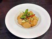 Πικάντικος ανακατώστε τα τηγανισμένα μακαρόνια με το λουκάνικο χοιρινού κρέατος Στοκ Φωτογραφία