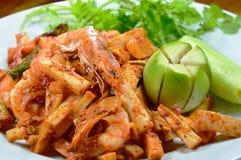 Πικάντικος ανακατώστε την τηγανισμένη γαρίδα με το βλαστό καρύδων στο πιάτο Στοκ φωτογραφία με δικαίωμα ελεύθερης χρήσης