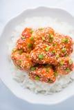 Πικάντικο γλυκόπικρο κοτόπουλο με τη τοπ άποψη σουσαμιού και ρυζιού σχετικά με το άσπρο υπόβαθρο Στοκ εικόνες με δικαίωμα ελεύθερης χρήσης