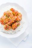 Πικάντικο γλυκόπικρο κοτόπουλο με τη τοπ άποψη σουσαμιού και ρυζιού σχετικά με το άσπρο υπόβαθρο Στοκ φωτογραφία με δικαίωμα ελεύθερης χρήσης