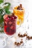 Πικάντικο θερμαμένο κρασί Χριστουγέννων, μηλίτης μήλων και μπισκότα μελοψωμάτων Στοκ φωτογραφία με δικαίωμα ελεύθερης χρήσης