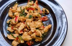 Πικάντικο κοτόπουλο με το βασιλικό και ασιατικό συστατικό στο ταϊλανδικό ύφος στοκ εικόνες με δικαίωμα ελεύθερης χρήσης