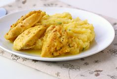 Πικάντικο κοτόπουλο με τις πολτοποιηίδες πατάτες Στοκ Εικόνα