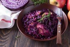 Πικάντικο κόκκινο λάχανο που μαγειρεύεται με τα μήλα και το ριβήσιο Στοκ Φωτογραφίες