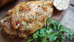 Πικάντικο στήθος κοτόπουλου στον ξύλινο πίνακα απόθεμα βίντεο