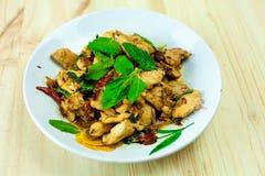Πικάντικο ταϊλανδικό κοτόπουλο βασιλικού έτοιμο να φάει στο παραδοσιακό πιάτο Στοκ Εικόνες