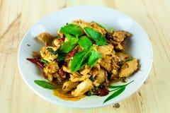 Πικάντικο ταϊλανδικό κοτόπουλο βασιλικού έτοιμο να φάει στο παραδοσιακό πιάτο Στοκ εικόνα με δικαίωμα ελεύθερης χρήσης