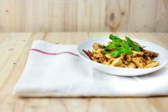 Πικάντικο ταϊλανδικό κοτόπουλο βασιλικού έτοιμο να φάει στο παραδοσιακό πιάτο Στοκ Φωτογραφία