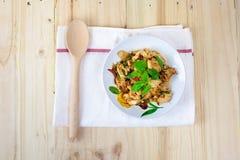 Πικάντικο ταϊλανδικό κοτόπουλο βασιλικού έτοιμο να φάει στο παραδοσιακό πιάτο Τοπ όψη Στοκ εικόνα με δικαίωμα ελεύθερης χρήσης