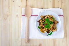 Πικάντικο ταϊλανδικό κοτόπουλο βασιλικού έτοιμο να φάει στο παραδοσιακό πιάτο Τοπ όψη Στοκ Εικόνα