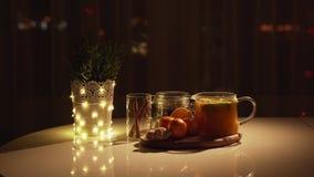 Πικάντικο τσάι σε ένα φλυτζάνι με την κανέλα, μέλι, turmeric σε ένα ξύλινο υπόβαθρο ποτό ζεστό διάστημα αντιγράφων Φω'τα Χριστουγ φιλμ μικρού μήκους