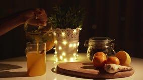 Πικάντικο τσάι σε ένα φλυτζάνι με την κανέλα, μέλι, turmeric σε ένα ξύλινο υπόβαθρο ποτό ζεστό διάστημα αντιγράφων Φω'τα Χριστουγ απόθεμα βίντεο