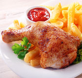 Πικάντικο τυμπανόξυλο κοτόπουλου με τις τηγανιτές πατάτες Στοκ Εικόνες