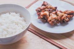 Πικάντικο ψημένο στη σχάρα μαύρο πιπέρι φτερών κοτόπουλου με το ταϊλανδικό ρύζι Στοκ φωτογραφίες με δικαίωμα ελεύθερης χρήσης