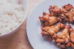 Πικάντικο ψημένο στη σχάρα μαύρο πιπέρι φτερών κοτόπουλου με το ταϊλανδικό ρύζι Στοκ Εικόνα