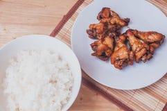 Πικάντικο ψημένο στη σχάρα μαύρο πιπέρι φτερών κοτόπουλου με το ταϊλανδικό ρύζι Στοκ φωτογραφία με δικαίωμα ελεύθερης χρήσης