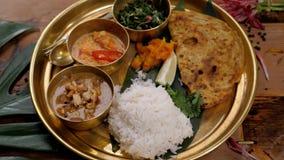 Πικάντικο masala tikka κοτόπουλου στο κύπελλο στο αγροτικό ξύλινο υπόβαθρο Με το ρύζι, ινδικό naan βουτύρου ψωμί, καρυκεύματα, χο φιλμ μικρού μήκους