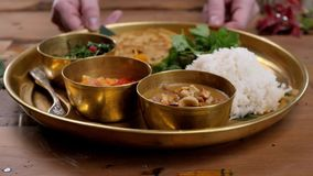Πικάντικο masala tikka κοτόπουλου στο κύπελλο στο αγροτικό ξύλινο υπόβαθρο Με το ρύζι, ινδικό naan βουτύρου ψωμί, καρυκεύματα, χο απόθεμα βίντεο