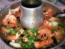 Πικάντικο tom τοπ άποψης yum goong ταϊλανδικό ύφος στο καυτό δοχείο, πικάντικο έτσι στοκ εικόνες με δικαίωμα ελεύθερης χρήσης