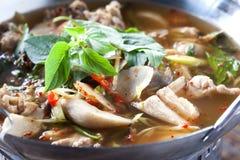 ΠΙΚΑΝΤΙΚΗ ΣΟΥΠΑ ΠΛΕΥΡΩΝ ΧΟΙΡΙΝΟΥ ΚΡΈΑΤΟΣ, ταϊλανδικά τρόφιμα Στοκ Φωτογραφία