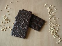 Πικρή σοκολάτα με τα καρύδια πεύκων Καρύδι κέδρων κοντά στο φραγμό σοκολάτας στοκ εικόνες με δικαίωμα ελεύθερης χρήσης