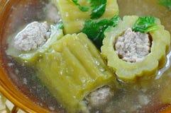 Πικρό γεμισμένο αγγούρι χοιρινό κρέας μπριζολών στην καυτή σούπα στο κύπελλο Στοκ φωτογραφία με δικαίωμα ελεύθερης χρήσης