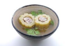 Πικρό πεπόνι, πικρή σούπα κολοκυθών με το χοιρινό κρέας σε ένα κύπελλο Στοκ φωτογραφία με δικαίωμα ελεύθερης χρήσης