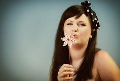 Πικ-νίκ. Γυναίκα με το παιχνίδι pinwheel/ανεμόμυλων Στοκ εικόνα με δικαίωμα ελεύθερης χρήσης