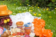 Πικ-νίκ στον εορτασμό της ημέρας βασιλιάδων ` s Άνοιξη στις Κάτω Χώρες Φωτεινά ντεκόρ και πιάτα Γλυκά Στοκ φωτογραφία με δικαίωμα ελεύθερης χρήσης