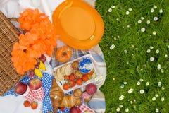 Πικ-νίκ στον εορτασμό της ημέρας βασιλιάδων ` s Άνοιξη στις Κάτω Χώρες Φωτεινά ντεκόρ και πιάτα Γλυκά τοποθετήστε το κείμενο Στοκ Φωτογραφίες