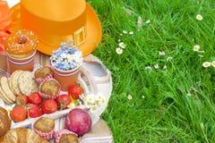 Πικ-νίκ στον εορτασμό της ημέρας βασιλιάδων ` s μεσημεριανό γεύμα κήπων Φρούτα και ζύμες Πορτοκαλί καπέλο Άνοιξη στις Κάτω Χώρες Στοκ φωτογραφία με δικαίωμα ελεύθερης χρήσης
