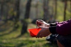 Πικ-νίκ στο δάσος το καλοκαίρι, υγιής στρατοπέδευση Στοκ Φωτογραφίες