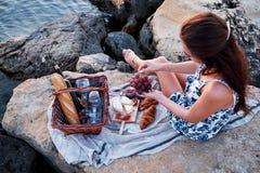 Πικ-νίκ Romatic στην παραλία στοκ φωτογραφίες με δικαίωμα ελεύθερης χρήσης