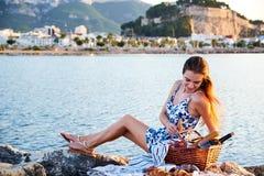 Πικ-νίκ Romatic στην παραλία στοκ εικόνες