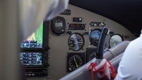 Πιλότοι καμπινών στο αεροπλάνο απόθεμα βίντεο