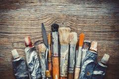 Πινέλα καλλιτεχνών, σωλήνες χρωμάτων και κινηματογράφηση σε πρώτο πλάνο μαχαιριών παλετών Στοκ φωτογραφία με δικαίωμα ελεύθερης χρήσης