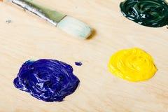 Πινέλα με το πετρέλαιο χρωμάτων στην παλέτα Στοκ εικόνες με δικαίωμα ελεύθερης χρήσης
