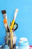 Πινέλα στο βάζο γυαλιού και το ανοικτό εμπορευματοκιβώτιο των χρωμάτων Στοκ εικόνα με δικαίωμα ελεύθερης χρήσης
