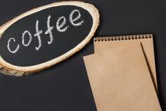 Πινακίδα από έναν πίνακα σημύδων με τον καφέ ` κειμένων ` σε έναν πίνακα κιμωλίας Εικόνα με το διάστημα για το κείμενο, τη συνταγ Στοκ Εικόνα