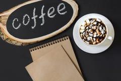 Πινακίδα από έναν πίνακα σημύδων με τον καφέ ` κειμένων ` σε έναν πίνακα κιμωλίας Εικόνα με το διάστημα για το κείμενο, τη συνταγ Στοκ εικόνα με δικαίωμα ελεύθερης χρήσης