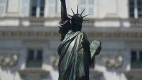 Πινακίδα κάτω από το άγαλμα του αντιγράφου ελευθερίας στη Νίκαια που παρουσιάζεται από το δήμαρχο της πόλης φιλμ μικρού μήκους