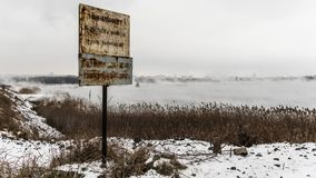 Πινακίδα με την προσοχή επιγραφής, στα πλαίσια της misty λίμνης απόθεμα βίντεο