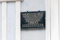 Πινακίδα που τιμά την μνήμη των ετών στα οποία η Eliza Orzeszkowa έζησε εδώ στοκ φωτογραφίες