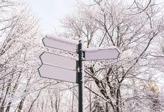 Πινακίδες βελών στο χειμερινό δασικό υπόβαθρο Στοκ εικόνα με δικαίωμα ελεύθερης χρήσης