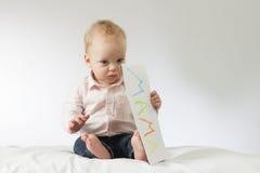 Πινακίδα εκμετάλλευσης μωρών Thougtful στα χέρια του Οριζόντιος πυροβολισμός στούντιο Ιδέα για τις κάρτες διάστημα αντιγράφων το  Στοκ φωτογραφίες με δικαίωμα ελεύθερης χρήσης