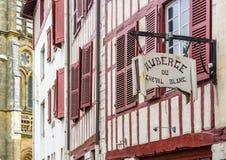 Πινακίδα ξενώνων σε μια πρόσοψη της χαρακτηριστικής οικοδόμησης Aquitaine στοκ φωτογραφίες