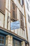 Πινακίδα Luthiers σε μια πρόσοψη της χαρακτηριστικής οικοδόμησης Aquitaine στοκ φωτογραφίες