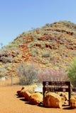 Πινακίδες για τους περιπάτους φαραγγιών βασιλιάδων στο εθνικό πάρκο Watarrka, Αυστραλία Στοκ φωτογραφίες με δικαίωμα ελεύθερης χρήσης