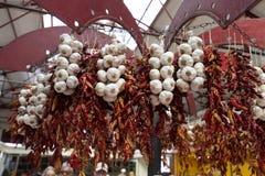 Πιπέρια και σκόρδο τσίλι στη σειρά στο Φουνκάλ στη Μαδέρα Στοκ Φωτογραφίες